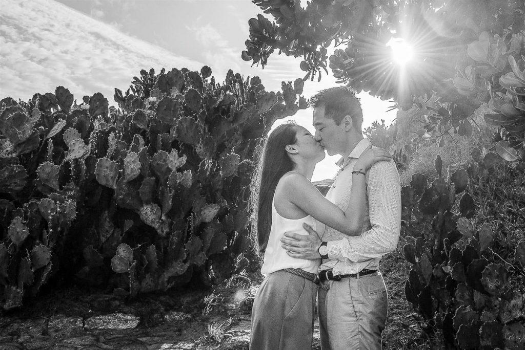 Ensaio de casal, fotos de noivos pela fotógrafa premiada de casamento e família, Claudia Ruiz. Ensaios fotográficos no estilo lifestyle.