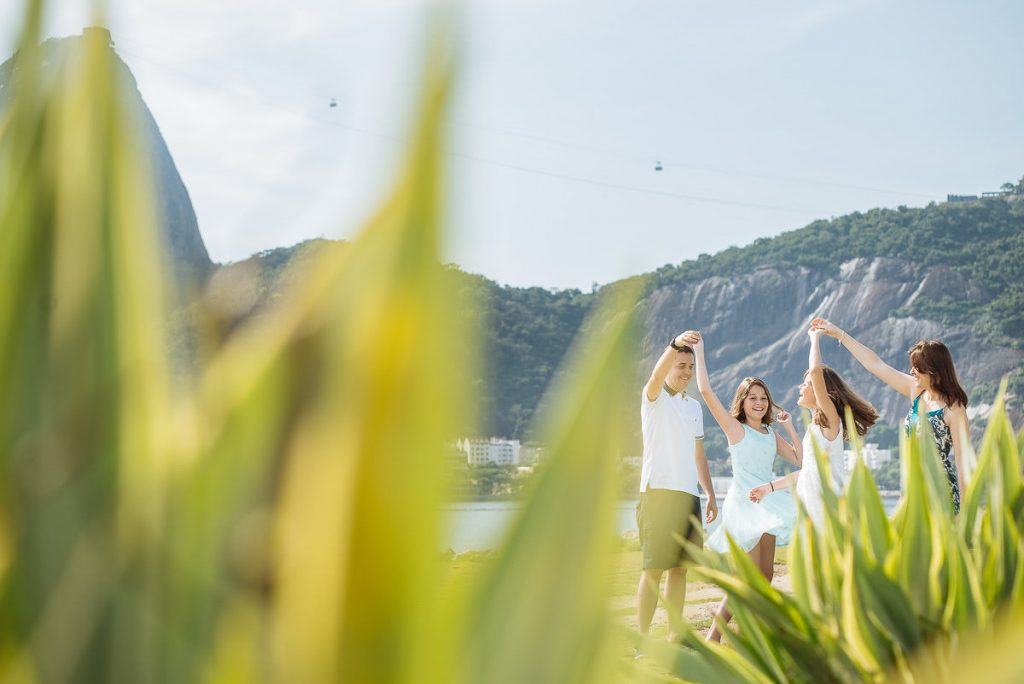 Ensaios de família e gestante registrados pela fotógrafa premiada de família e casamento Claudia Ruiz. Fotografias documentais e no estilo lifestyle.