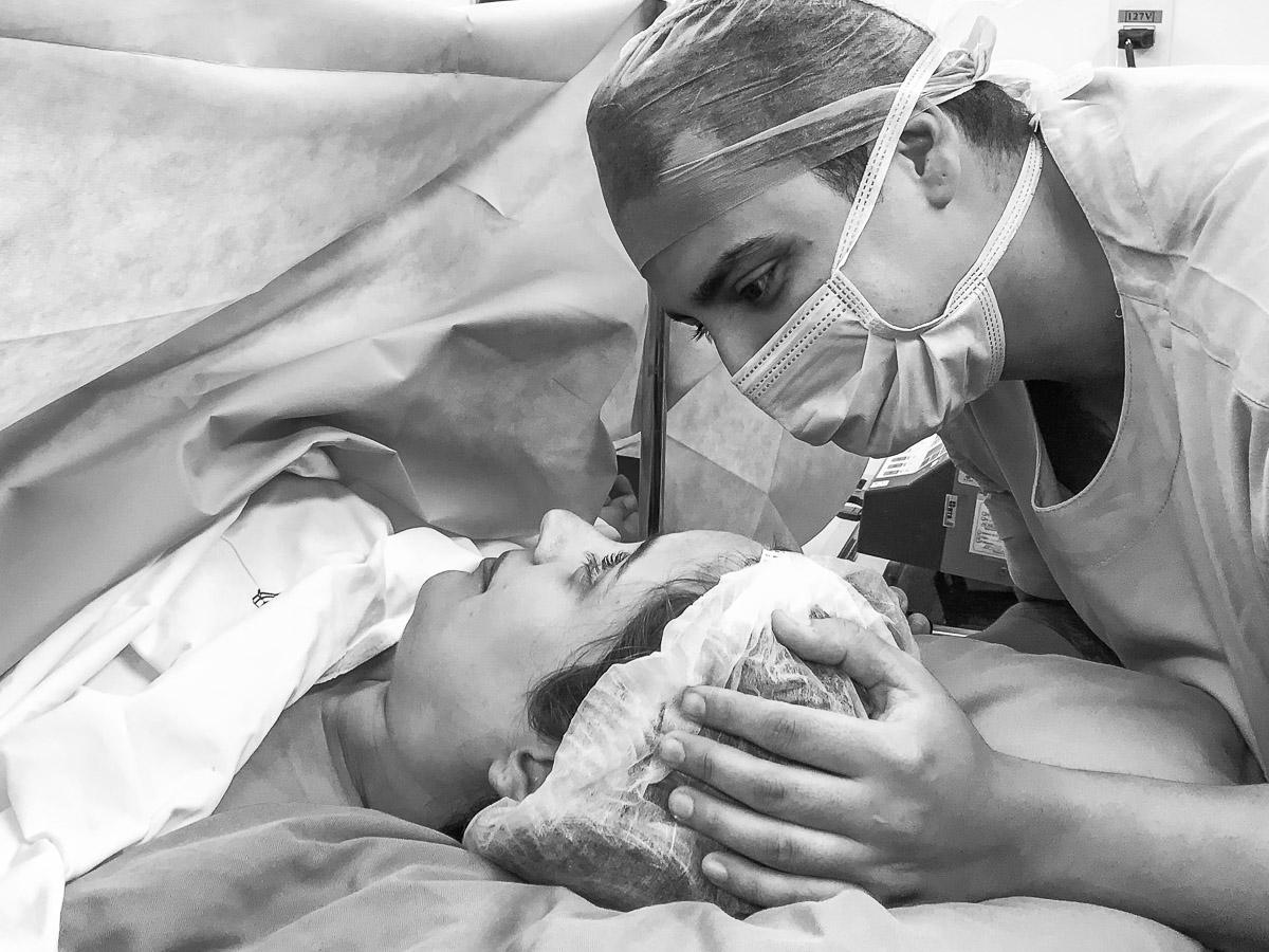 Fotos de parto do nascimento da Alice. Fotografias tiradas com celular iphone 7 plus pela premiada fotógrafa de família e casamento Claudia Ruiz.
